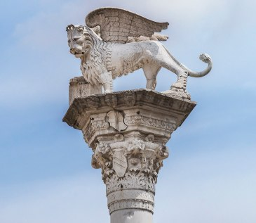 NOT PUBLIC DOMAIN_1920px-Piazza_dei_Signori_(Vicenza)_-_Statue_of_the_Lion_of_Saint_Mark